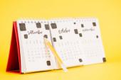 Tužka u kalendáře s září měsíc na žlutém pozadí