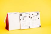Papírový kalendář s prázdným prázdným, říjen a nyember měsíce na žlutém pozadí