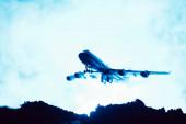 Fotografie Kampfszene mit Spielzeugflugzeug mit Rauch auf blauem Hintergrund