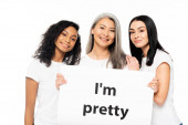 happy multicultural women near i`m pretty placard isolated on white