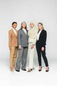 krásné multikulturní podnikatelky stojící na bílém