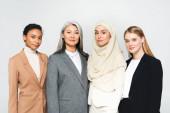 schöne multikulturelle Geschäftsfrauen, die isoliert auf weiß in die Kamera schauen