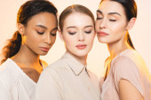 három gyönyörű multikulturális nők csukott szemmel elszigetelt bézs