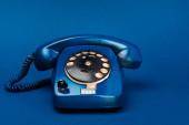 fényes és színes retro telefon kék háttér