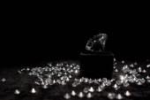 Gyémánt közel drágakövek fekete velúr elszigetelt fekete