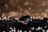 A gyémánt és drágakövek szelektív fókusza a bársony felületen tükröződéssel