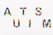 Horní pohled na Autismus puzzle nápis izolovaný na bílém