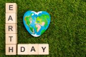 Top kilátás kockák föld napi betű és földgömb zöld háttér
