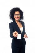 Afrikai amerikai üzletasszony mosolyog és bemutatja névjegykártya elszigetelt fehér
