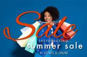 mosolygós afro-amerikai nő bevásárló táskák kék háttér, nyári eladó illusztráció