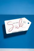 weiß großes Preisschild mit schwarzem Freitag Verkauf Illustration auf blauem Hintergrund