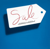 weiß großes Preisschild mit Online-Shopping-Verkauf auf blauem Hintergrund