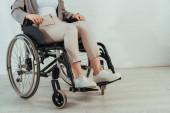 Ausgeschnittene Ansicht einer behinderten Frau im Rollstuhl auf weißem Hintergrund
