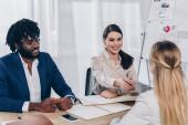 Fotografie Selektiver Fokus des afrikanisch-amerikanischen Arbeitgebers und Recruiters beim Händeschütteln mit dem Mitarbeiter beim Vorstellungsgespräch im Büro