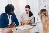 Selektiver Fokus multikultureller Recruiter bei Bewerbungsgesprächen mit Mitarbeitern am Tisch im Büro