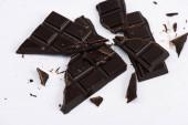 horní pohled na popraskané a sladké čokolády na bílém
