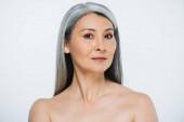 Fotografie schöne erwachsene asiatische nackte Frau mit perfekter Haut und grauem Haar isoliert auf grau