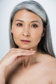 Photo adult asian naked woman with perfect skin and grey hair isolated on grey