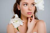 fehér virágok közelében gyönyörű nő megható arc elszigetelt szürke
