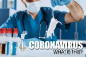 szelektív fókusz állatorvos orvosi maszk és latex kesztyű gazdaság fehér egér farok közelében kémcsövek, coronavirus illusztráció