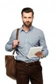 pohledný podnikatel s taškou drží digitální tablet izolované na bílém