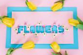 horní pohled na žluté tulipány na přání s květinami nápisy na růžové a modré