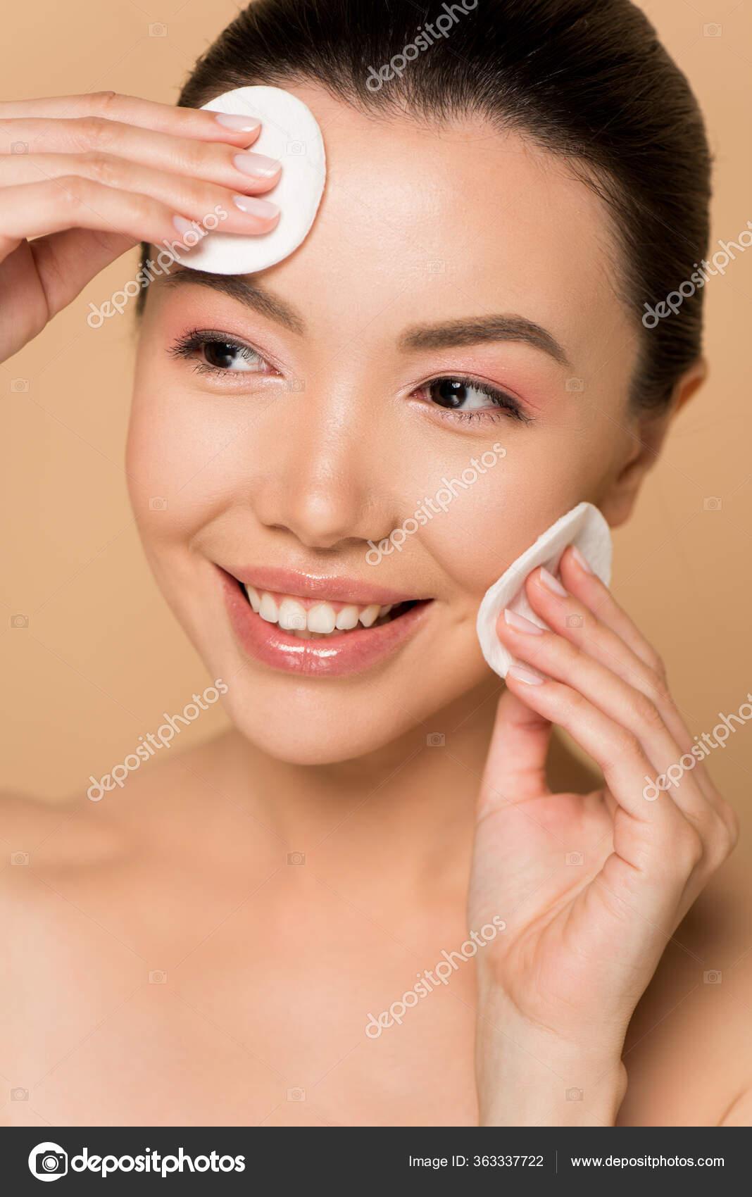 Attraktive Lächelnde Nackte Asiatische Frau Entfernt Make