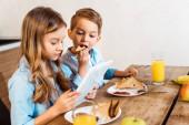 koláž sourozenců e-learning a jíst snídani doma