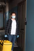 Futár orvosi maszk és latex kesztyű tartja termo táska ajtó közelében bejáratnál
