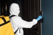 Oldalnézet futár vegyvédelmi ruha termo hátizsák cseng a csengő
