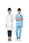 Afrikanisch-amerikanische Krankenschwester und Ärztin mit abgebildeten Gesichtern in medizinischen Masken auf weiß