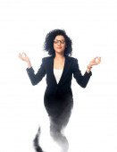 Afroamerikanische Geschäftsfrau mit geschlossenen Augen meditiert als Dschinn isoliert auf Weiß