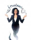 Afroamerikanische Geschäftsfrau mit geschlossenen Augen meditiert als Dschinn isoliert auf Weiß mit freiberuflichem Schriftzug