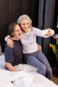 zralé žena přičemž selfie s manželem v ložnici