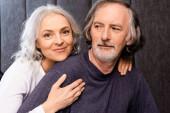 šťastná žena objímání vousatý zralý manžel doma