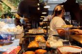 KATALÓNIA, SPANYOLORSZÁG - Április 30, 2020: Finom tészta és sütemények üveg mögött vitrin