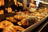 Az ízletes croissant-ok szelektív fókusza a pékség bemutatójára Katalóniában, Spanyolországban