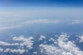 Letecký pohled na mraky nad mořem a pobřeží Katalánska, Španělsko
