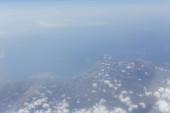Letecký pohled na moře a pobřeží Katalánska s mraky na obloze, Španělsko
