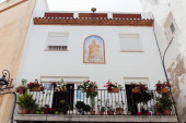 Nízký úhel pohledu na malbu na dlaždice na fasádě domu v Katalánsku, Španělsko