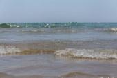 A tengerhullámok szelektív fókusza kék égbolttal Katalóniában, Spanyolországban