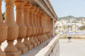 Photo Selective focus of wall with baluster and sunlight on urban street in Catalonia, Spain