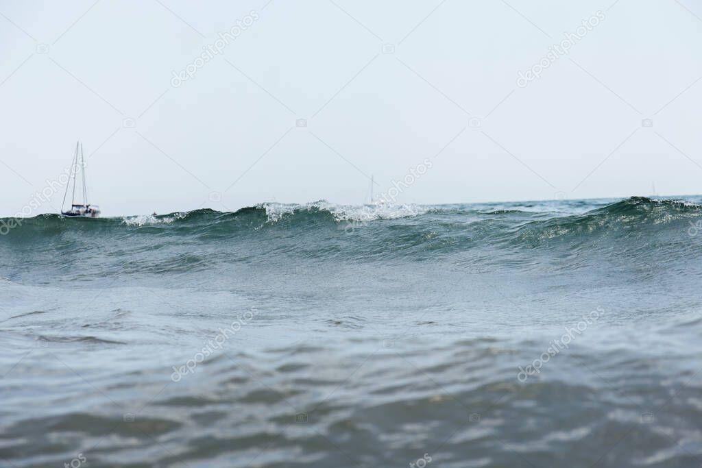 Superficie degli yacht in mare con onde e cielo blu sullo sfondo, Catalogna, Spagna