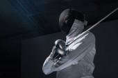 Nízký úhel pohledu na oplocení v oplocení masky drží rapír