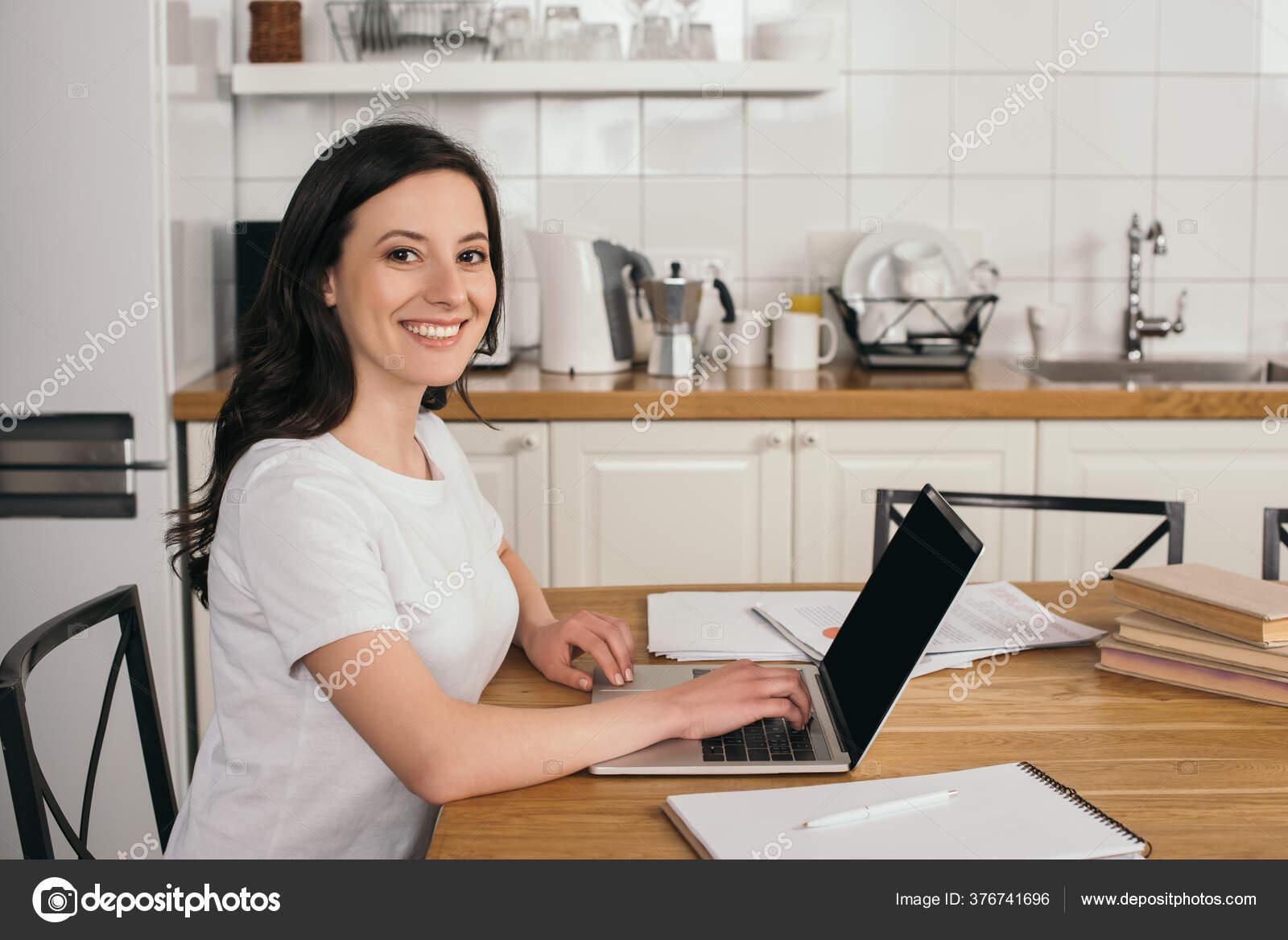 девушка с кофе и ноутбуком