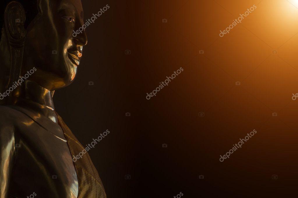 Fotos: cuartos oscuros | Retrato de una estatua dorada de Buda en ...