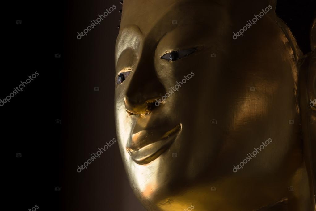Fotos: cuartos oscuros | Cerca de la cara de una estatua dorada de ...