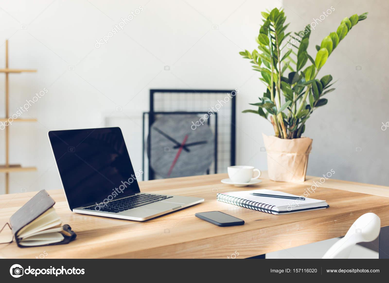 Ontwerp van werkplek in kantoor aan huis met modern materieel en