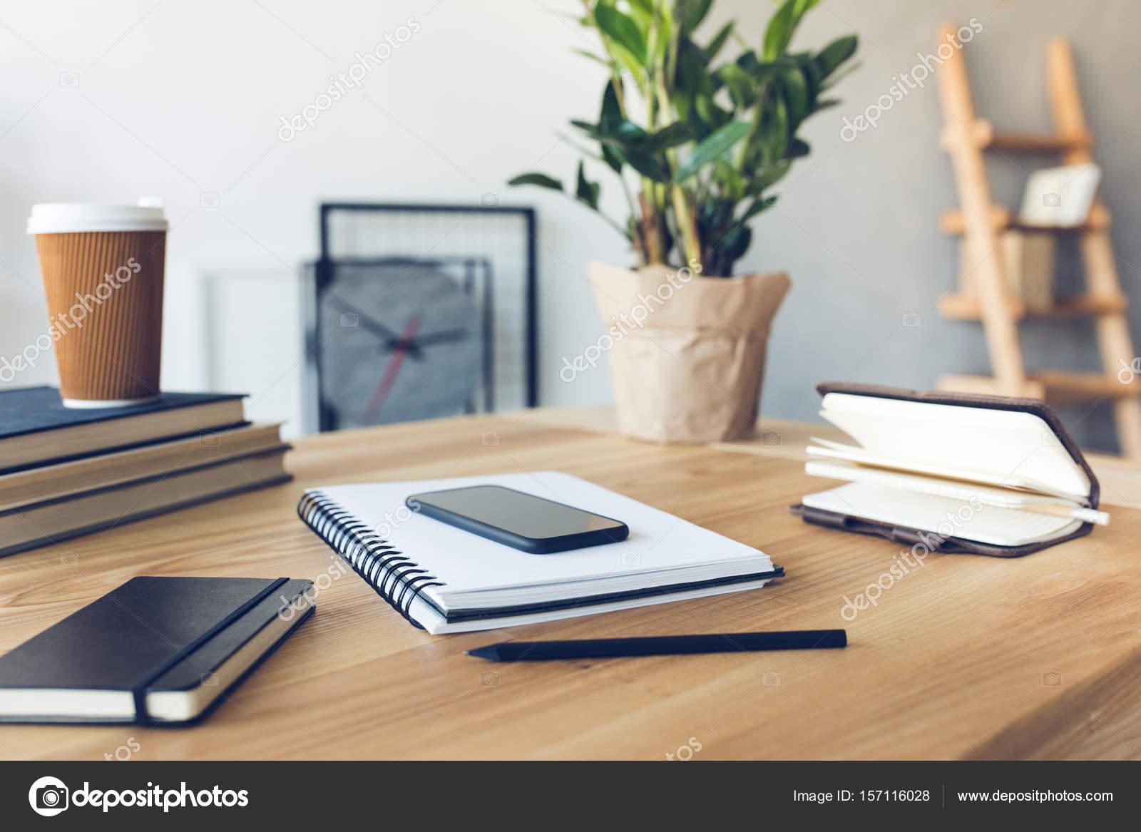 Ontwerp van werkplek in kantoor aan huis met modern materieel