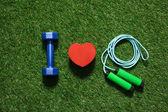 pohled shora na barevné činka srdce symbolem a švihadlo na trávě